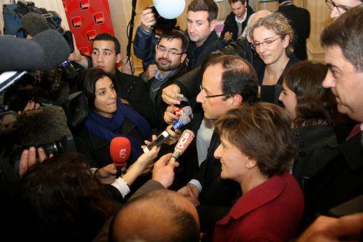Hollande interviewé par des journalistes