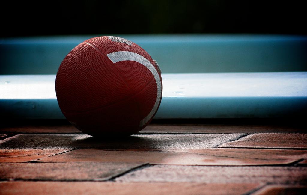 Balle de football américain au sol représentative du Super Bowl Américain