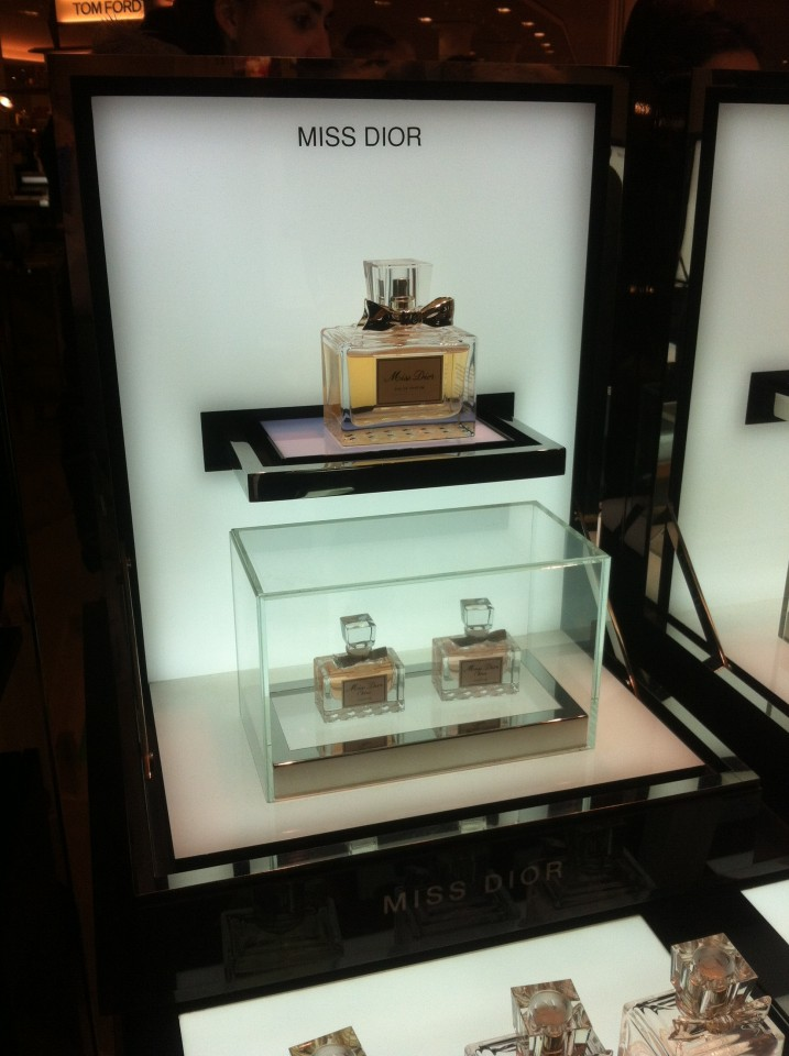 http://fastncurious.fr/wp-content/uploads/2012/02/Stand-miss-dior2-717x960.jpg