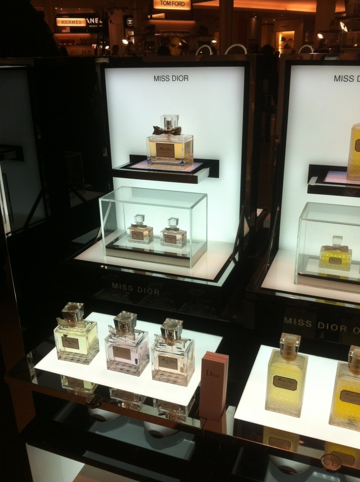 http://fastncurious.fr/wp-content/uploads/2012/02/Stand-miss-dior3-717x960.jpg