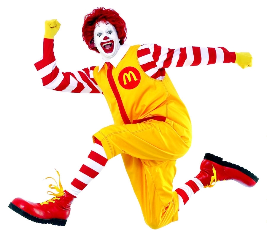 ronald mcdonalds sautant en l'air et souriant